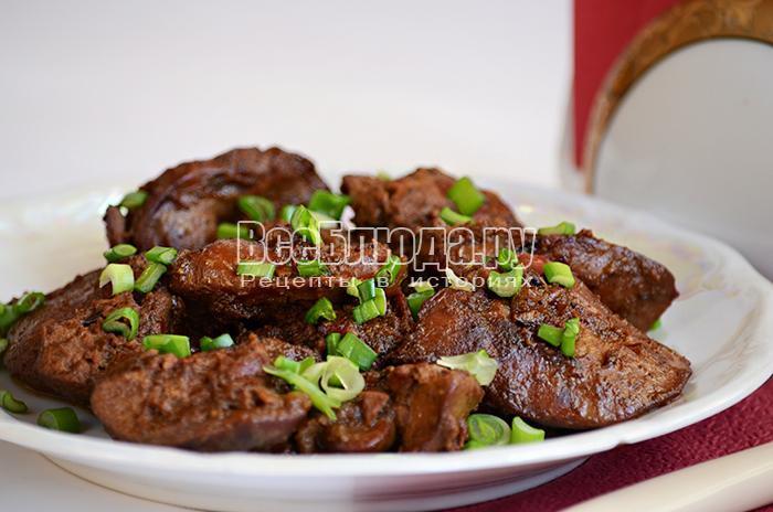 Куриная печень, сердечки с луком и соусом чили