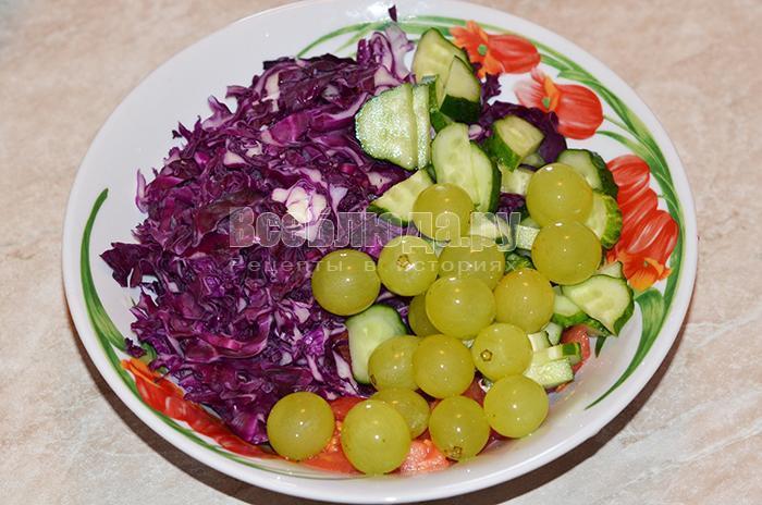высыпите виноград и огурцы в тарелку