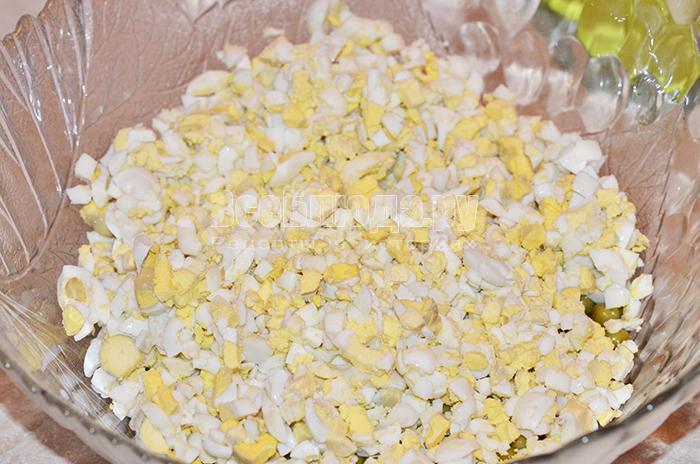 нарежьте перепелиные яйца