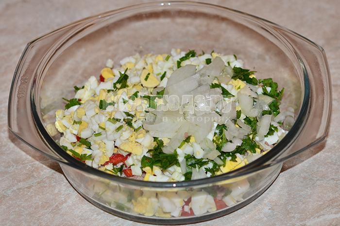 высыпите в тарелку зелень и лук