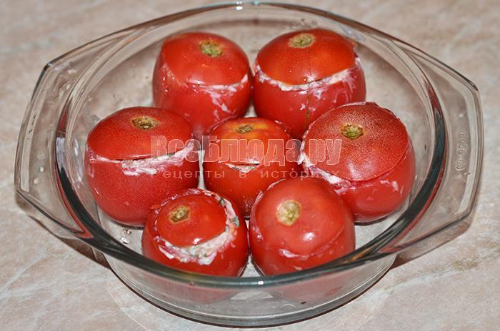 накройте помидоры крышечками