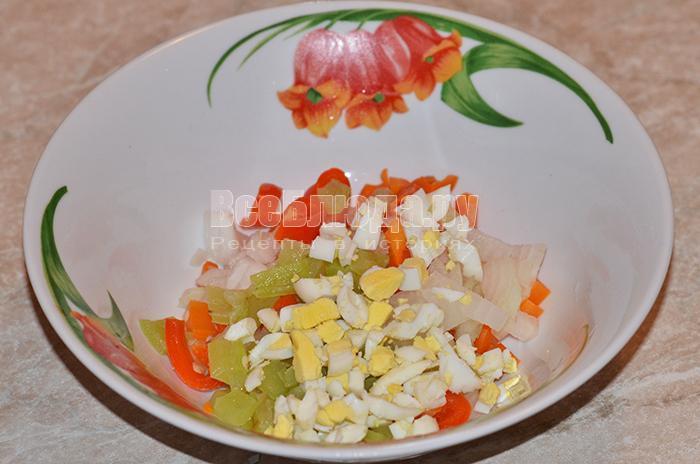 высыпите болгарский перец и яйца в тарелку