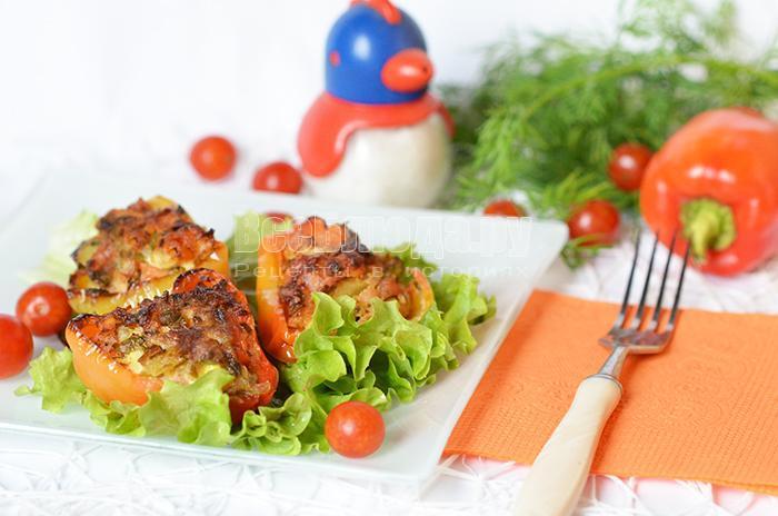 Запеченный болгарский перец с перепелиными яйцами, морковью, зеленью и свиным мясом