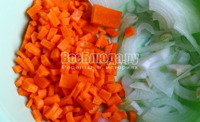 порезать лук и морковку