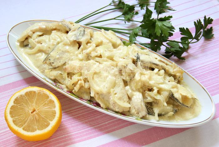 выкладываю рыбу в майонезе на блюдо