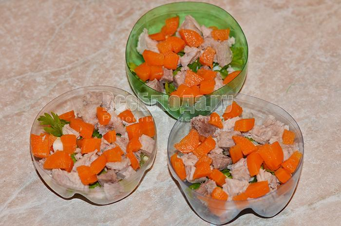 уложите слой моркови