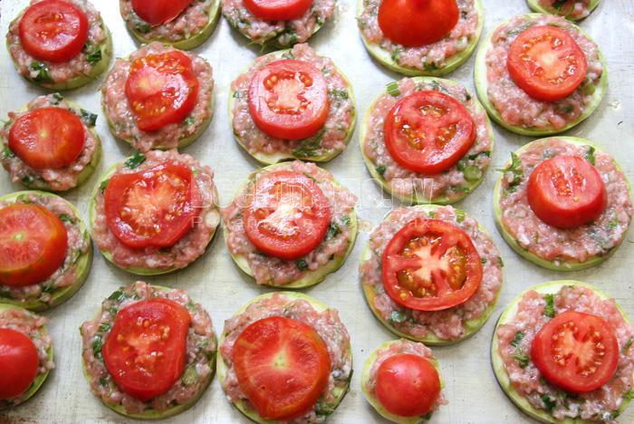 сверху фарша - томаты