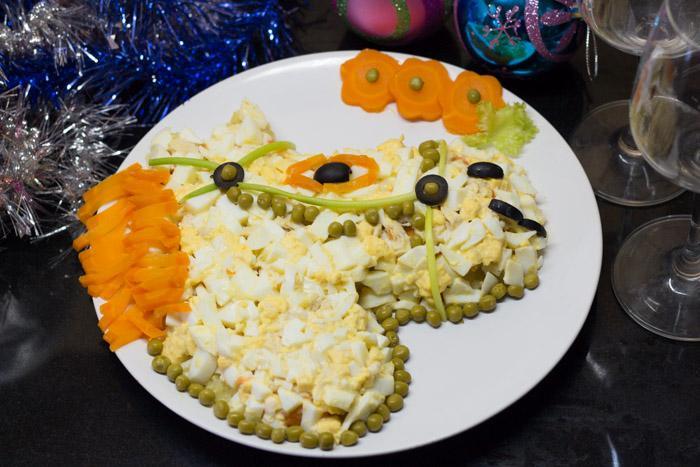 Салат с печенью трески в форме Лошади к новому 2014 году