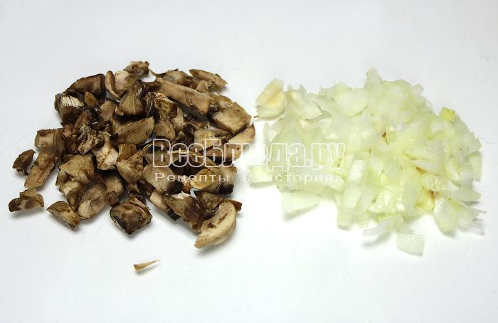 порезать грибы и лук