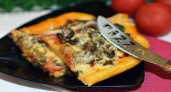 Пицца с опятами, карбонатом и помидорами под сыром