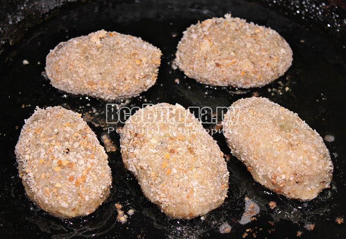 Жарим котлеты с грибной начинкой в масле