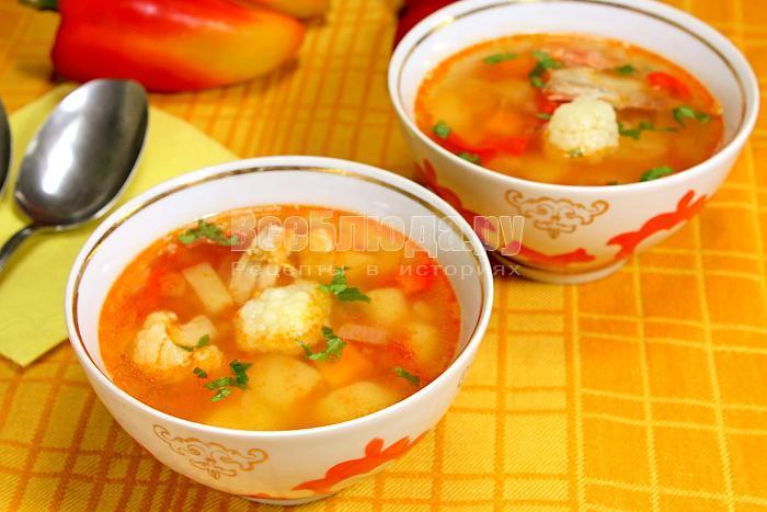 Готовый овощной суп в тарелках