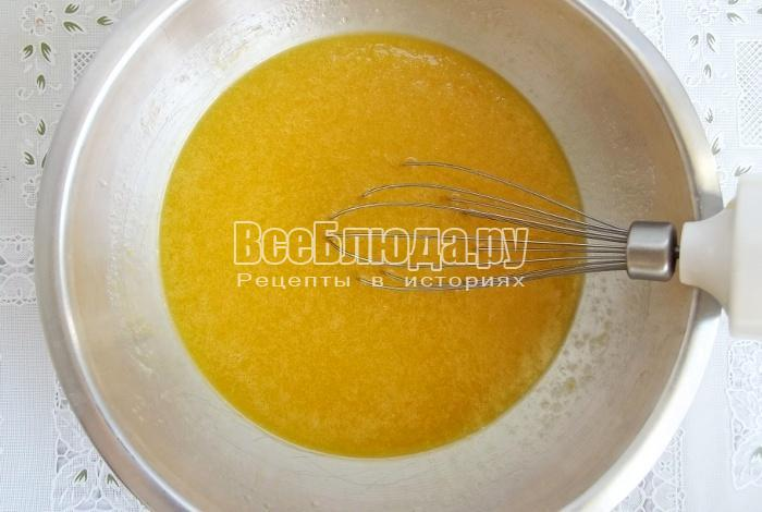 взбейте маргарин с яйцами