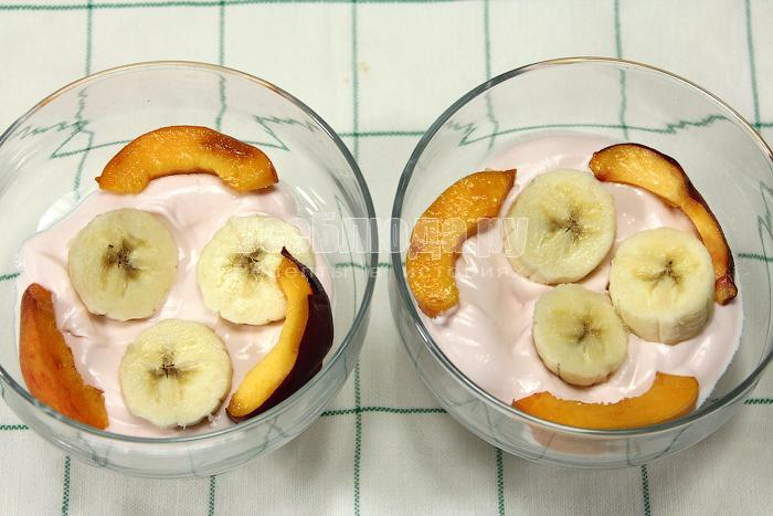 Положили слой фруктов