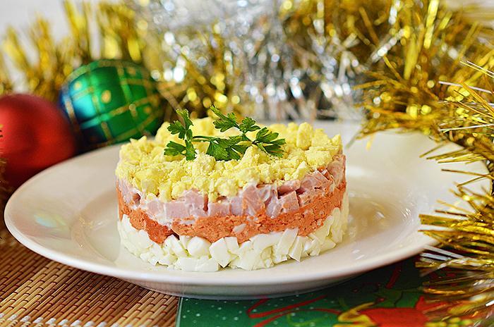 Легкий новогодний салат с карбонатом, колбасным сыром, яйцами и приправой от бастурмы