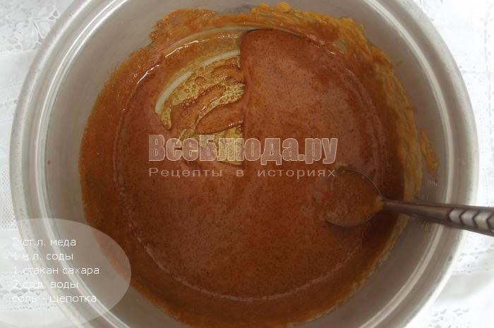растопить сахар, мед, соль, воду и соду