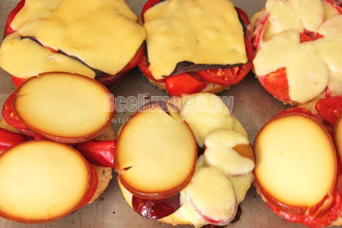 Горячие бутерброды с колбасой, сыром и овощами