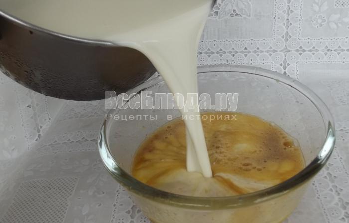 влить молоко в яйца