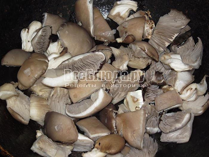 высыпите грибы на обжарку