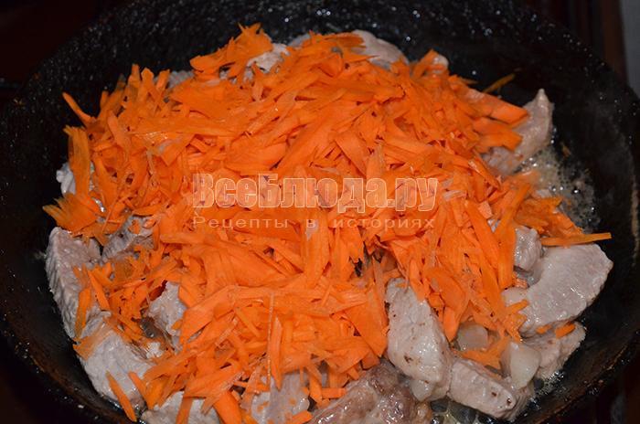 высыпите морковь на сковороду