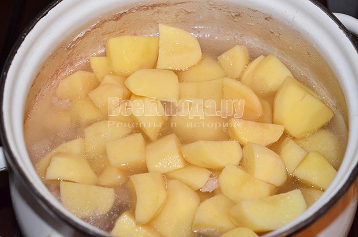высыпите картофель в кастрюлю
