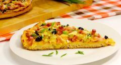 Пицца из дрожжевого теста с ветчиной, маслинами и сыром