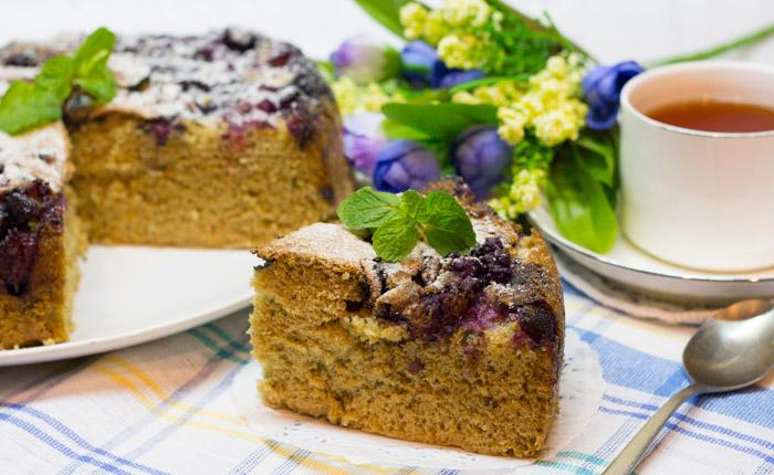 Пышный пирог с черникой в мультиварке (по типу шарлотки)
