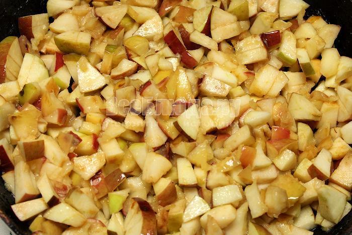 Выложили яблоки в сковородку