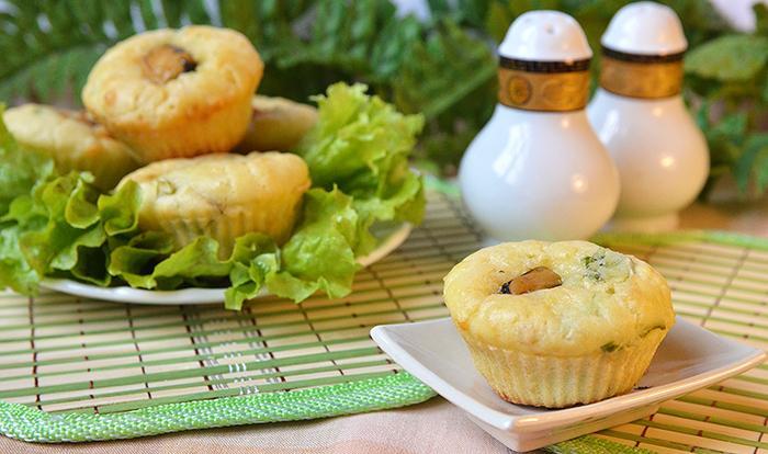 Маффины с мидиями и листьями салата