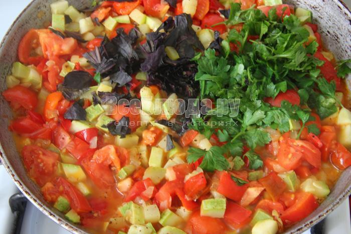добавляю томаты, зелень