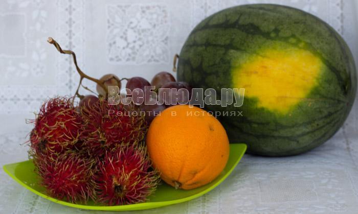 приготовила арбуз и фрукты