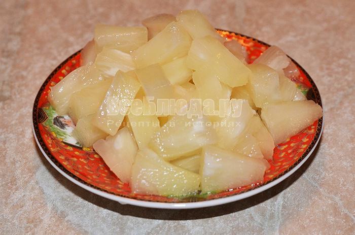 нарежьте ананасы