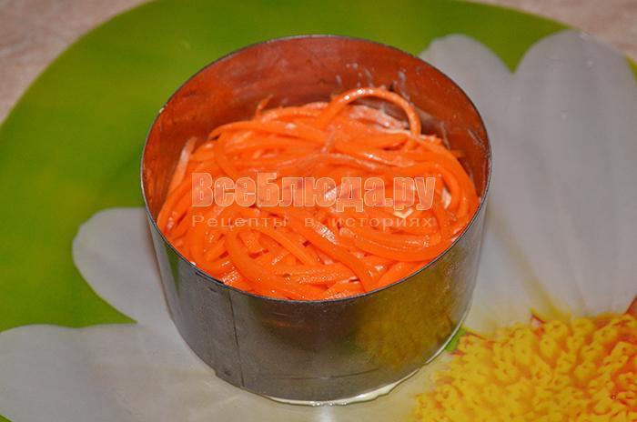 уложите корейскую морковь