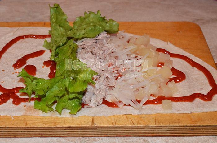 разложите листья салата