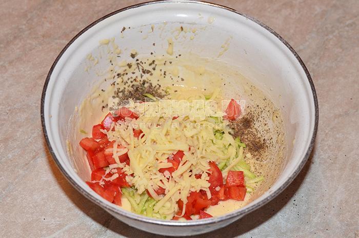высыпите помидоры, кабачки и сыр