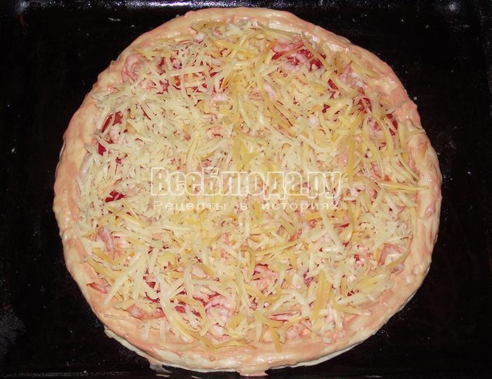 посыпьте пиццу креветками