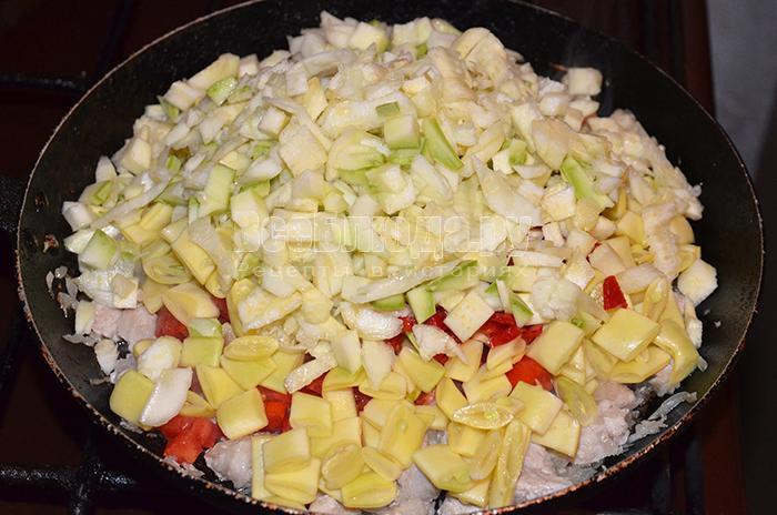 высыпите кабачки на сковороду