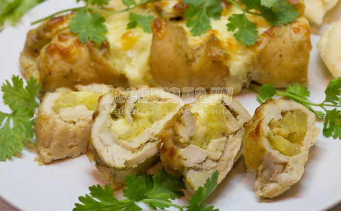 вкусный куриный рулет с ананасами