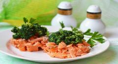 Диетический салат с форелью и брокколи...