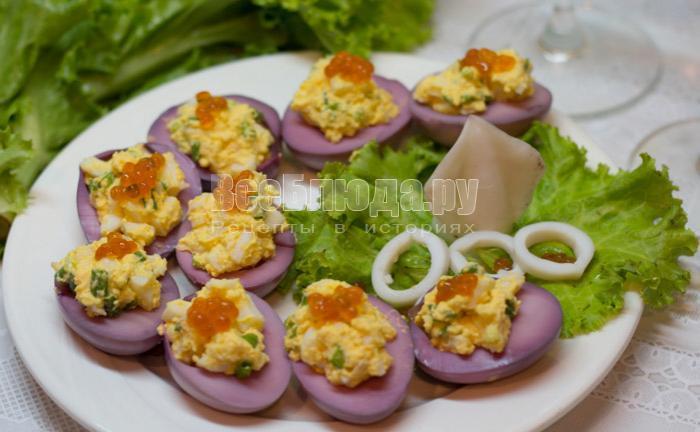 Фаршированные яйца (праздничный вариант) - кальмары, желтки, зелень, сметана