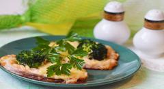 Форель запеченная с брокколи, сыром и луком...