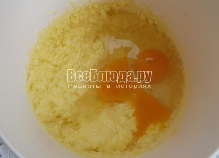 добавить в массу два яйца и молоко с дрожжами