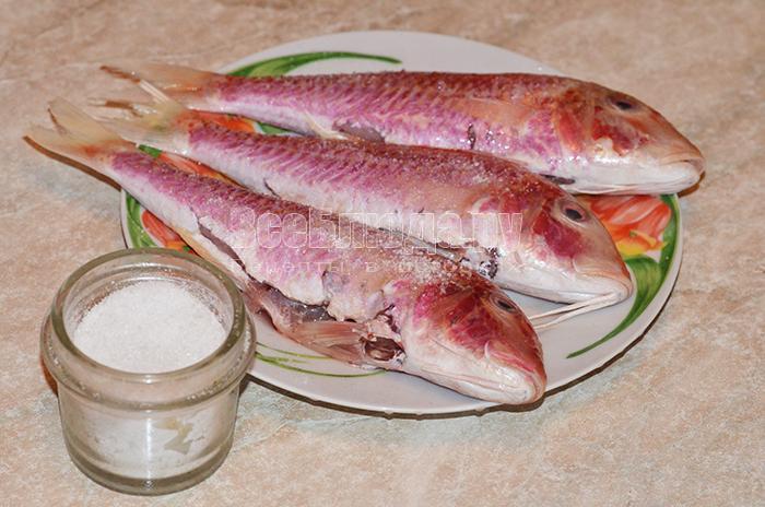 посолите рыбу