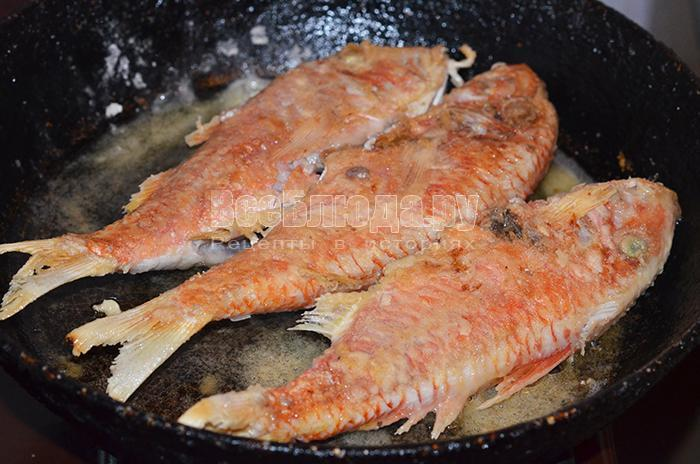 обжарьте рыбу с двух сторон