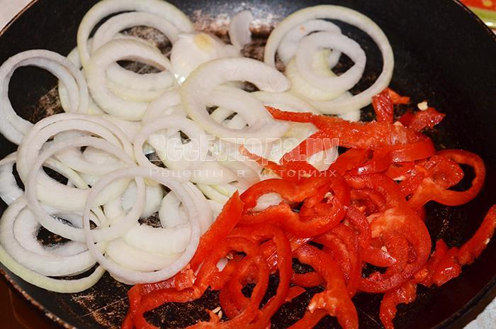 выложите перец и лук на сковороду