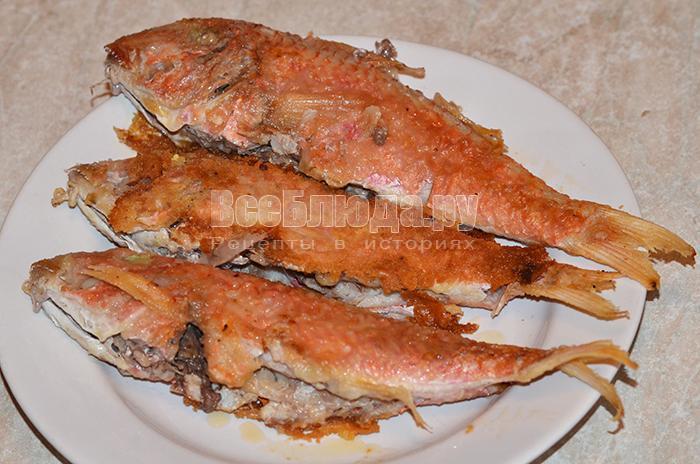 выложите рыбу на тарелку