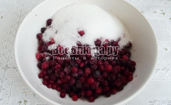 пересыпать бруснику сахаром