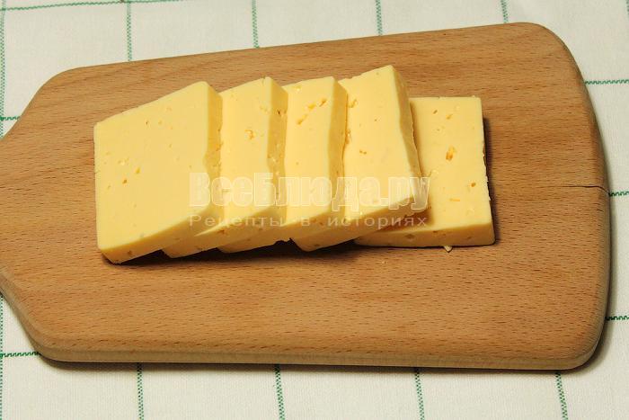 Нарезали сыр ломтиками
