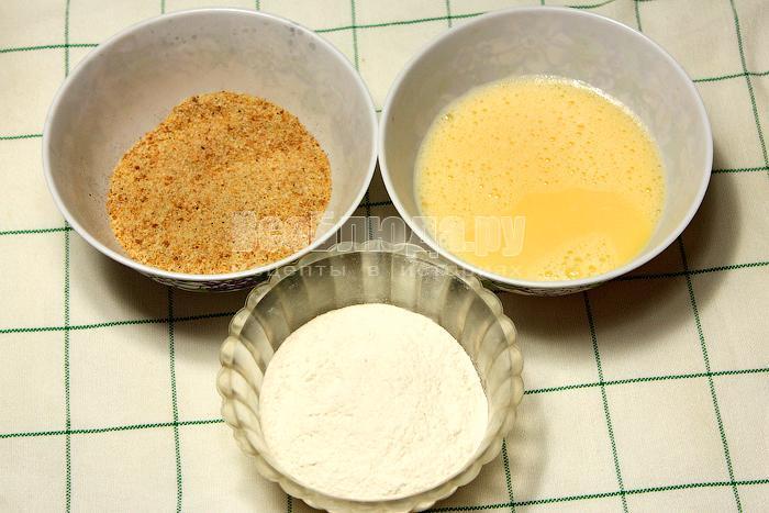 Приготовили 3 чашки: с сухарями, мукой и яйцами