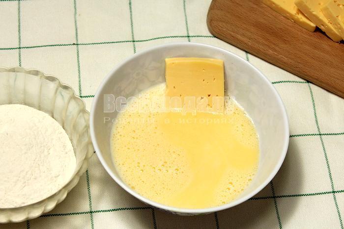 Обмакнули сыр в яйцо